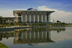 Stahlmoschee-Reflexion in Putrajaya, Malaysia Lizenzfreies Stockfoto