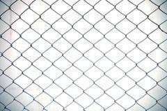 Stahlnettozaun mit Unschärfehintergrund stockbild