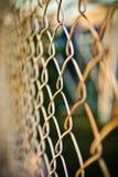 Stahlnettozaun mit Unschärfehintergrund lizenzfreie stockfotos