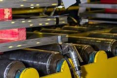 Stahlplatten gestapelt und pneumatischer Spanner, der Stahlbügel hält Lizenzfreies Stockbild