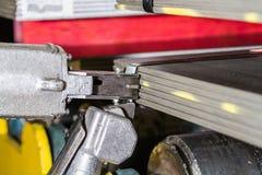 Stahlplatten gestapelt und pneumatischer Spanner, der Stahlbügel hält Stockfotos
