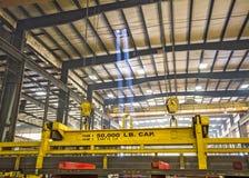 Stahlplatten gestapelt und pneumatischer Spanner, der Stahlbügel hält Stockbilder