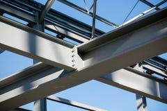 Stahlrahmen des Neubaus im Bau - gemeinsames Detail des Trägers - Abschluss oben stockbild