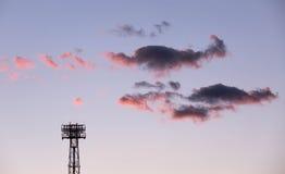 Stahlriese starrt den Himmel an Stockfoto