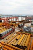 Stahlrohr mit LKW Lizenzfreies Stockfoto
