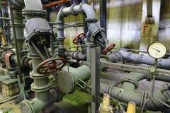 Stahlrohre und Ventile für Wasserentwässerung in einem Kraftwerk Lizenzfreie Stockbilder