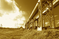 Stahlrohrleitung wird auf Himmelhintergrund fotografiert Stockfotografie