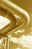 Stahlrohrleitung wird auf Himmelhintergrund fotografiert Stockfoto