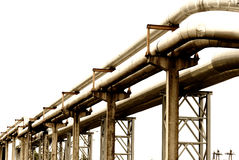 Stahlrohrleitung wird auf Himmelhintergrund fotografiert Stockfotos