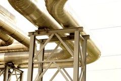 Stahlrohrleitung wird auf Himmelhintergrund fotografiert Lizenzfreies Stockfoto