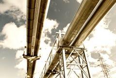 Stahlrohrleitung wird auf Himmelhintergrund fotografiert Lizenzfreie Stockfotografie
