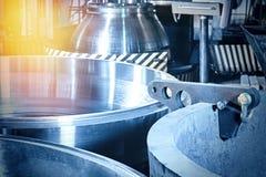 Stahlrollen sind produziert auf einer Drehbank aus Stahl und Roheisen leer stockfoto