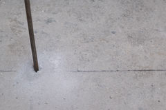 Stahlrundeisen bohren herein Boden stockfoto