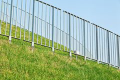 Stahlschutz mit grünem Gras Stockbild