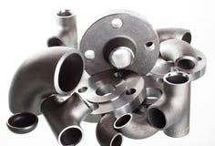 Stahlschweißensinstallationen und -verbindungsstücke Ellbogen, Flansche und T-Stück stockfotos