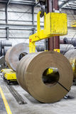 Stahlspule auf fünfundvierzig-Tonnen-Krangreifer Lizenzfreie Stockbilder