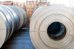 Stahlspulen gestapelt in einem Lager Stockfotografie