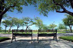 Stahlstühle in einem Park Stockbild