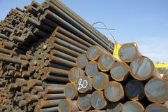 Stahlstangen in der Reihe auf Himmelhintergrund Stockbild