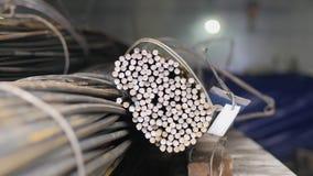Stahlstangen in einem Bündel Metallarmaturnstangen stock footage