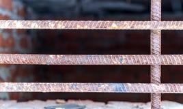 Stahlstangen und alter Ziegelstein Stockfotografie