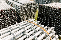 Stahlstapel auf dem Boden in der Bauzone lizenzfreies stockbild
