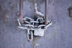 Stahltür mit Verschluss und Kette Stockfotos