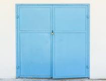 Stahltür und Vorhängeschloß auf weißer Wand Lizenzfreies Stockfoto