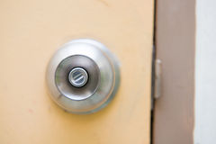 Stahltürknauf auf der gelben Tür Stockfoto