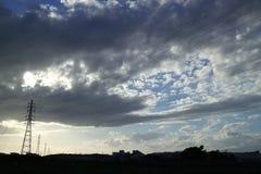 Stahltürme und der bewölkte blaue Himmel Stockfotografie