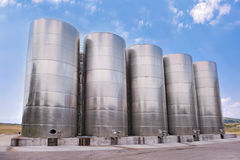 Stahltanks, die Flüssigkeiten speichern Stockbilder