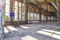 Stahlträger-Gestaltung: Alte Maschinenhaus-Ruinen Stockfotografie