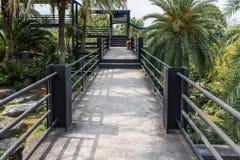 Stahltreppe mit Bahn auf skywalk Lizenzfreies Stockfoto
