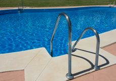 Stahltreppenhaus, das in Swimmingpool führt Stockbild