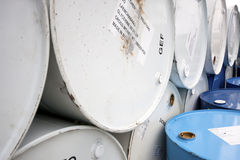 Stahltrommeln für Chemikalien und andere Flüssigkeiten. Lizenzfreies Stockfoto
