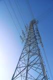 Stahlturmabschluß oben im Sonnenlicht Stockfoto