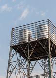 Stahlwasserbehälter auf dem Metallturm Stockfoto