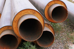 Stahlwasserleitungen mit PVC-Isolierungsoberteil im Stapel auf dem Boden in der Baustelle Lizenzfreie Stockfotos