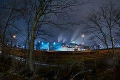 Stahlwerk in Duisburg, Deutschland, nachts mit Bäumen und Eisenbahnen in der Front - surreale Landschaft Lizenzfreie Stockfotos