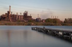 Stahlwerk gegen den Himmel Stockfotos