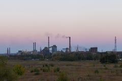 Stahlwerk gegen den Himmel Lizenzfreies Stockfoto