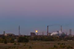 Stahlwerk gegen den Himmel Lizenzfreie Stockfotografie