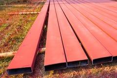 Stahlwerk sprühte in Rot mit Farbspritzpistole aus den Grund Stockbilder