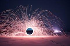 Stahlwollefoto, ein mysteriöses Portal von Funken in der Winternacht, stockfotos