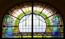 Stained-glass παράθυρο επάνω από την είσοδο στη πολυκατοικία ύφους Jugendstil στοκ εικόνα με δικαίωμα ελεύθερης χρήσης
