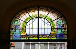 Stained-glass παράθυρο επάνω από την είσοδο στη πολυκατοικία ύφους Jugendstil στοκ εικόνες