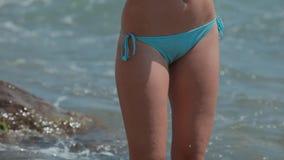 staing在海的泳装的美丽的女孩 股票视频