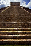 The stairs of chichen itza temple kukulkan Royalty Free Stock Images
