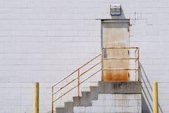 Stairway à porta oxidada fotos de stock royalty free