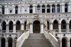 stairway дворца s doge мраморный к стоковые фото